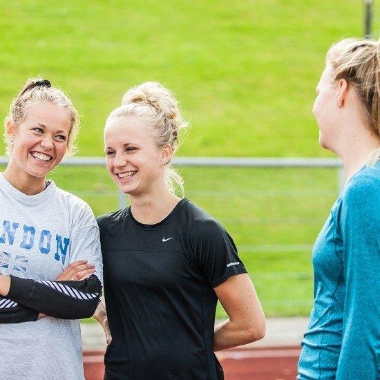 Glade piger på stadion